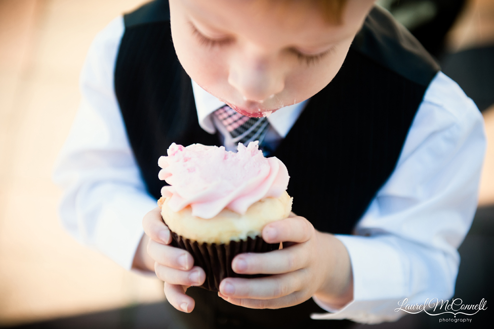 Seattle wedding photographer Laurel McConnell captures child with a cupcake.