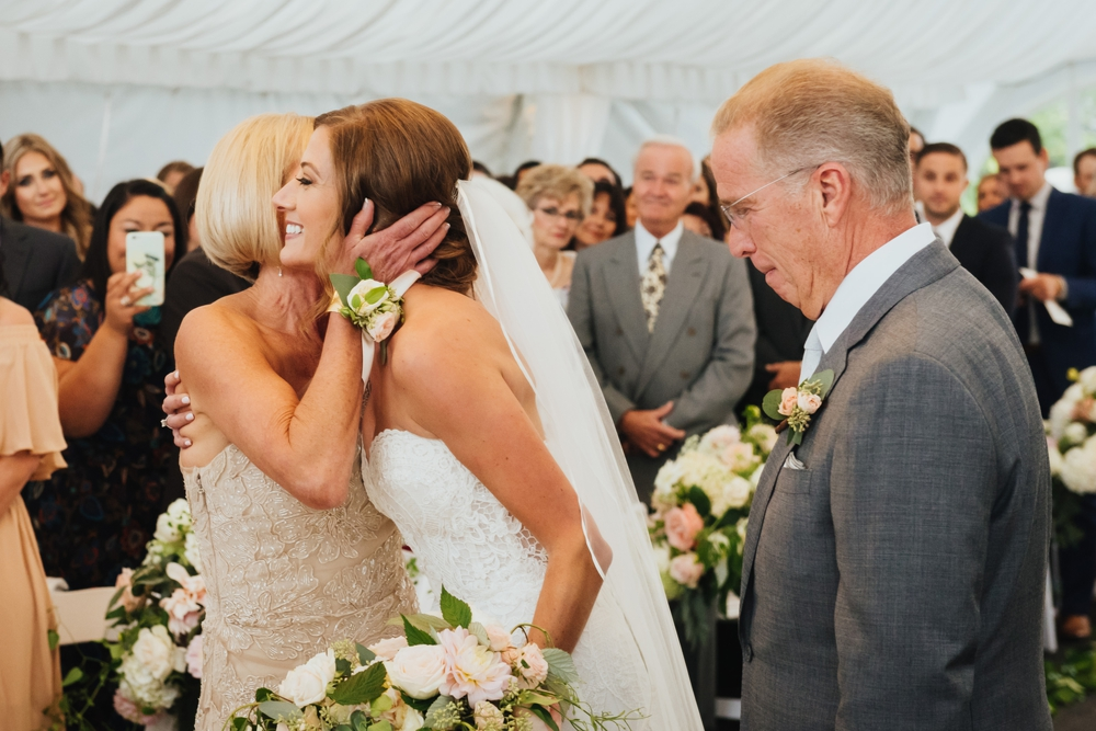bride_kissing_mom