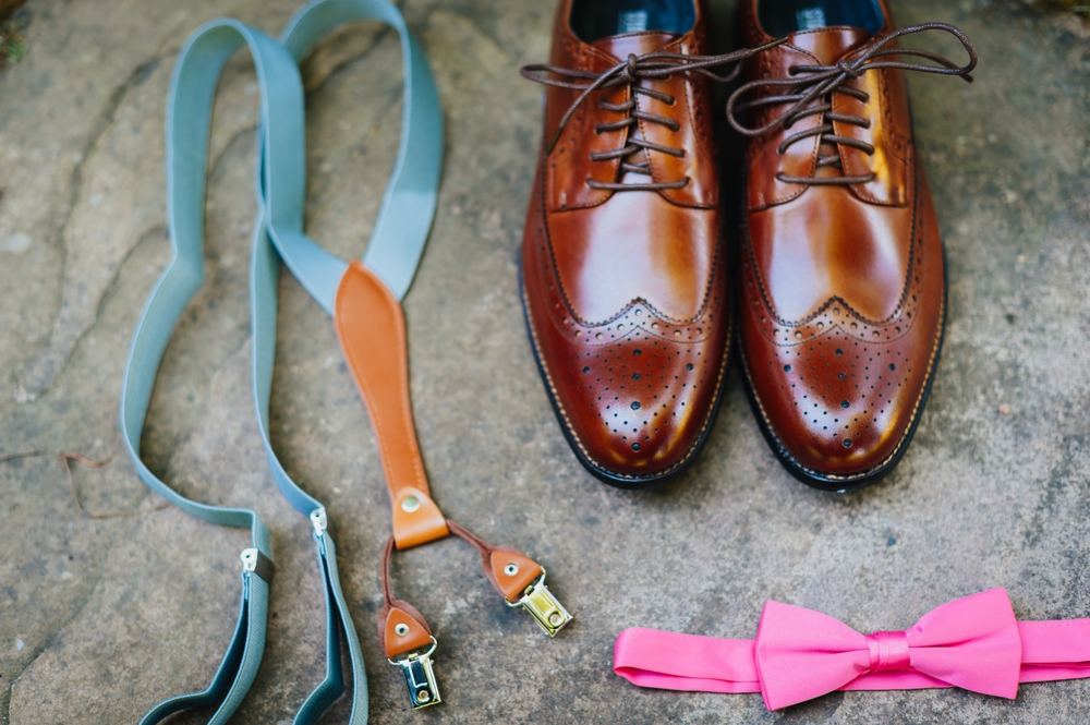 wedding_deatails_grooms_shoes_suspenders_bow_tie